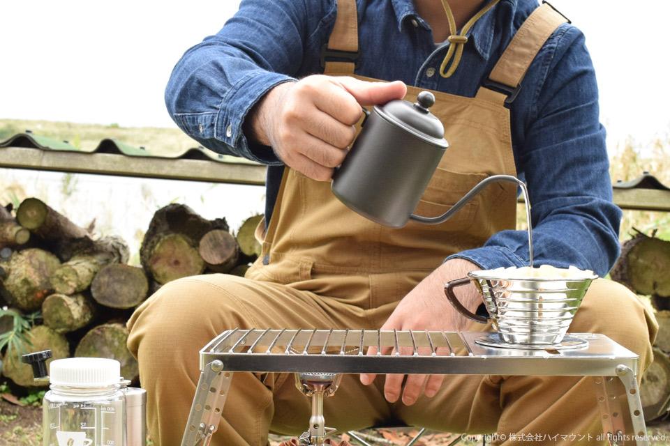 ソロキャンプでコーヒーをドリップするソロキャンパー