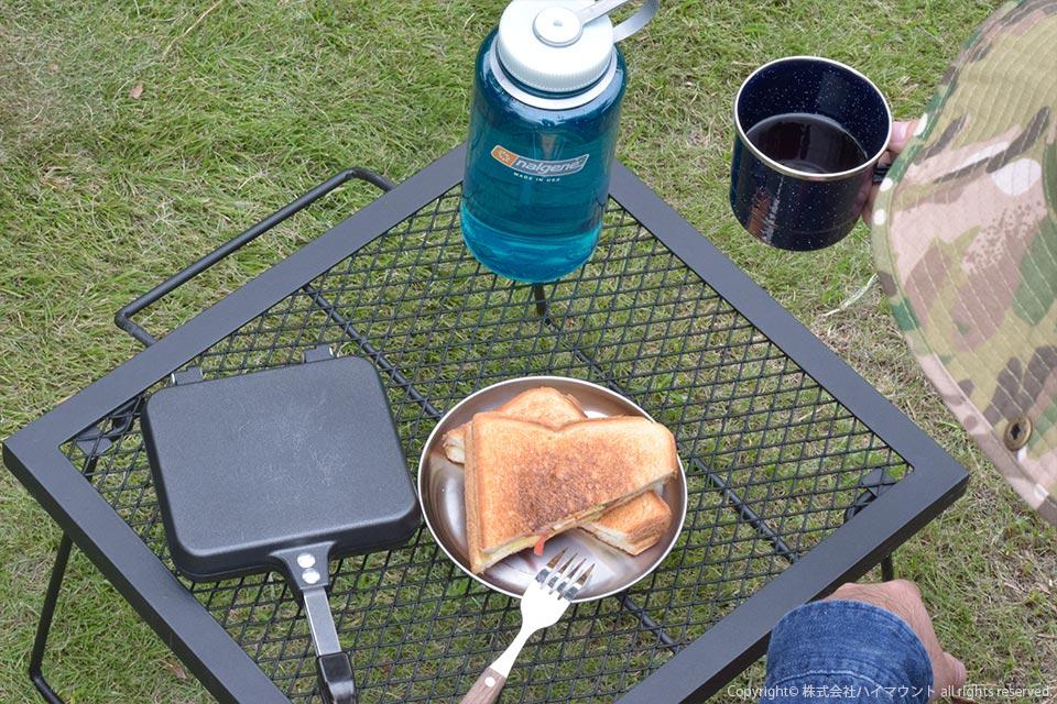 ソロキャンプでホットサンドを料理して食べるソロキャンパー